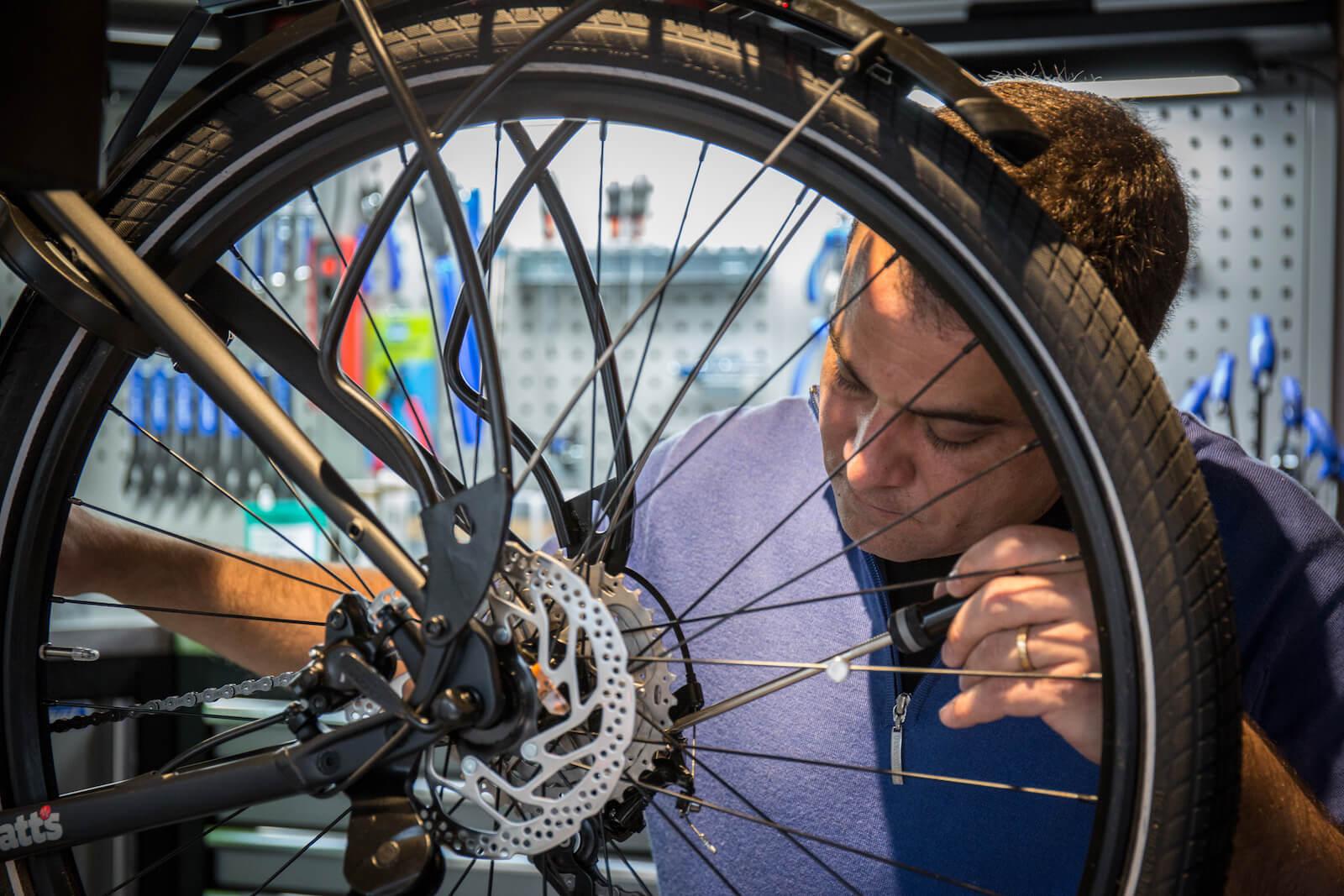 Charly en train de travailler sur la réparation d'un vélo